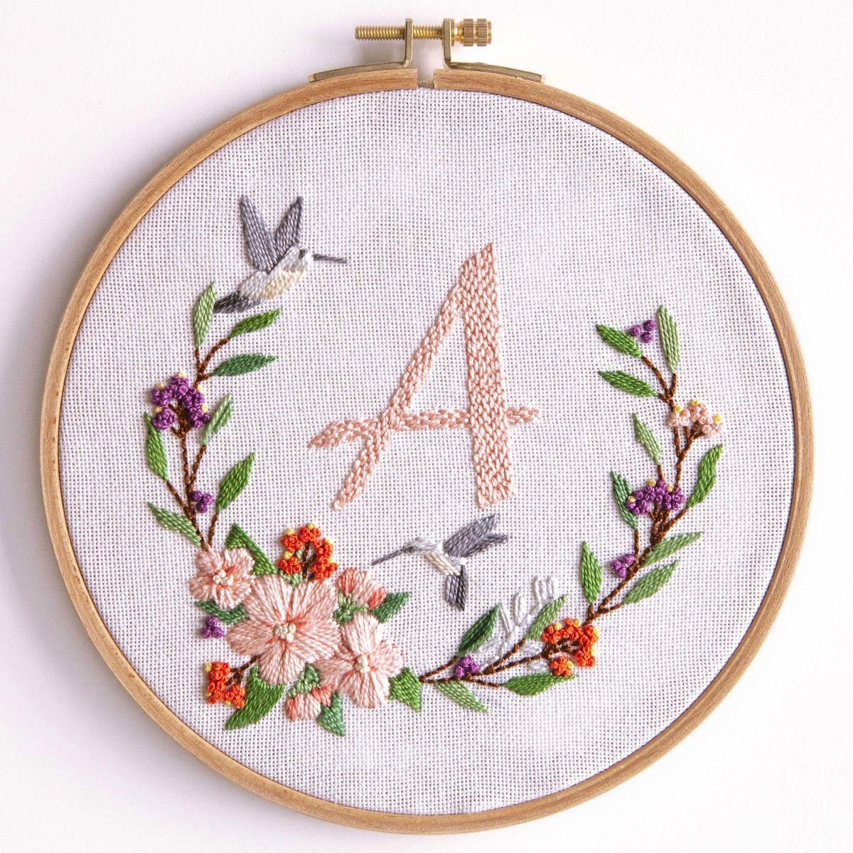 Blumenkranz - Mit Alphabet {Stickpackung} | Alphabet Sticken für Blume Mit 6 Buchstaben