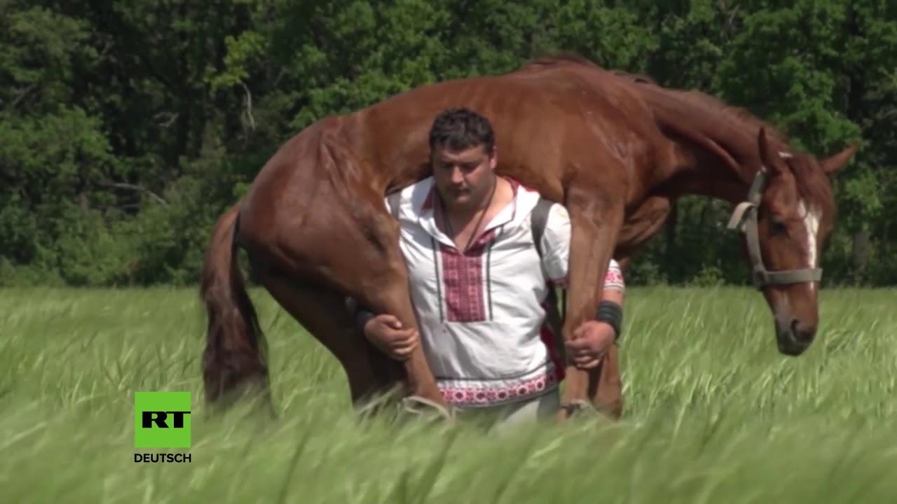 Der Stärkste Mann Der Welt? Dieser Mann Aus Donezk Trägt Ein Pferd Auf  Seinen Schultern über Wer Ist Der Stärkste Mensch Der Welt