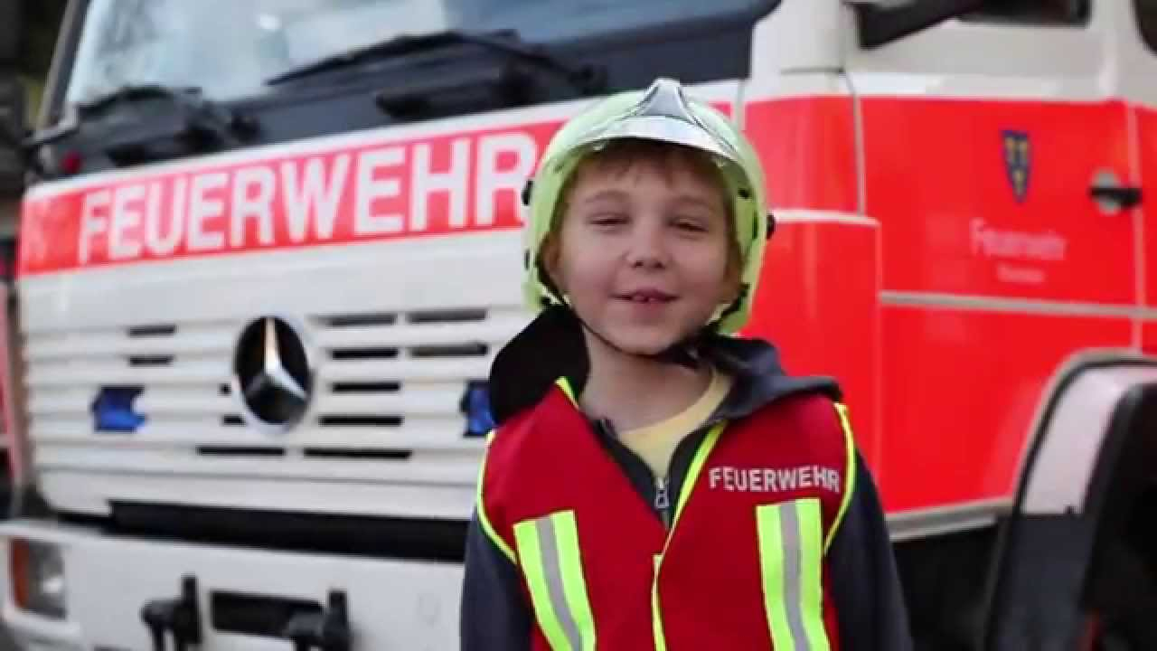 Die Kinderfeuerwehr Erklärt Das Löschgruppenfahrzeug mit Kinder Feuerwehrkleidung