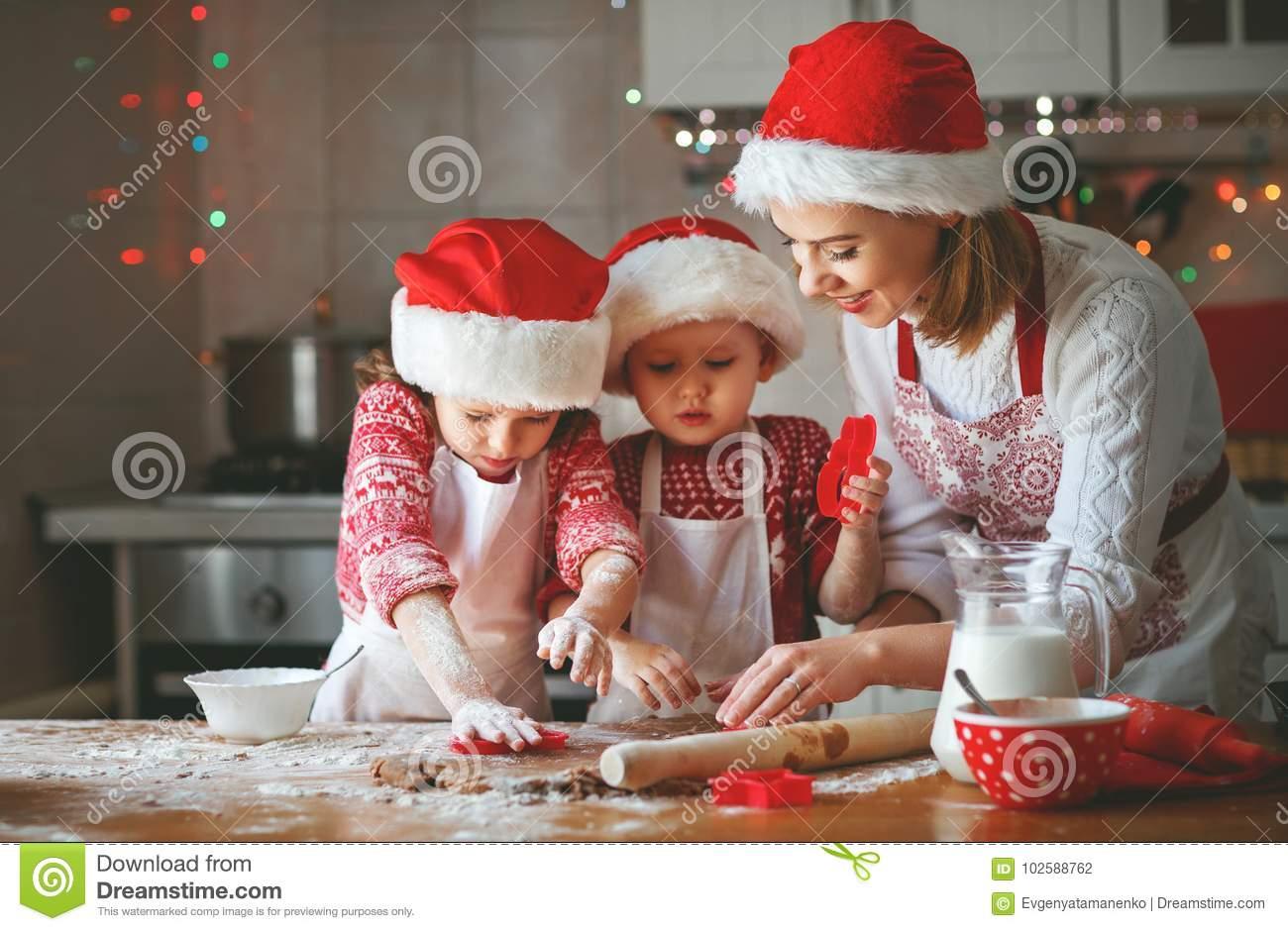 Glückliche Familienmutter Und -Kinder Backen Plätzchen Für über Backen Mit Kindern Weihnachten