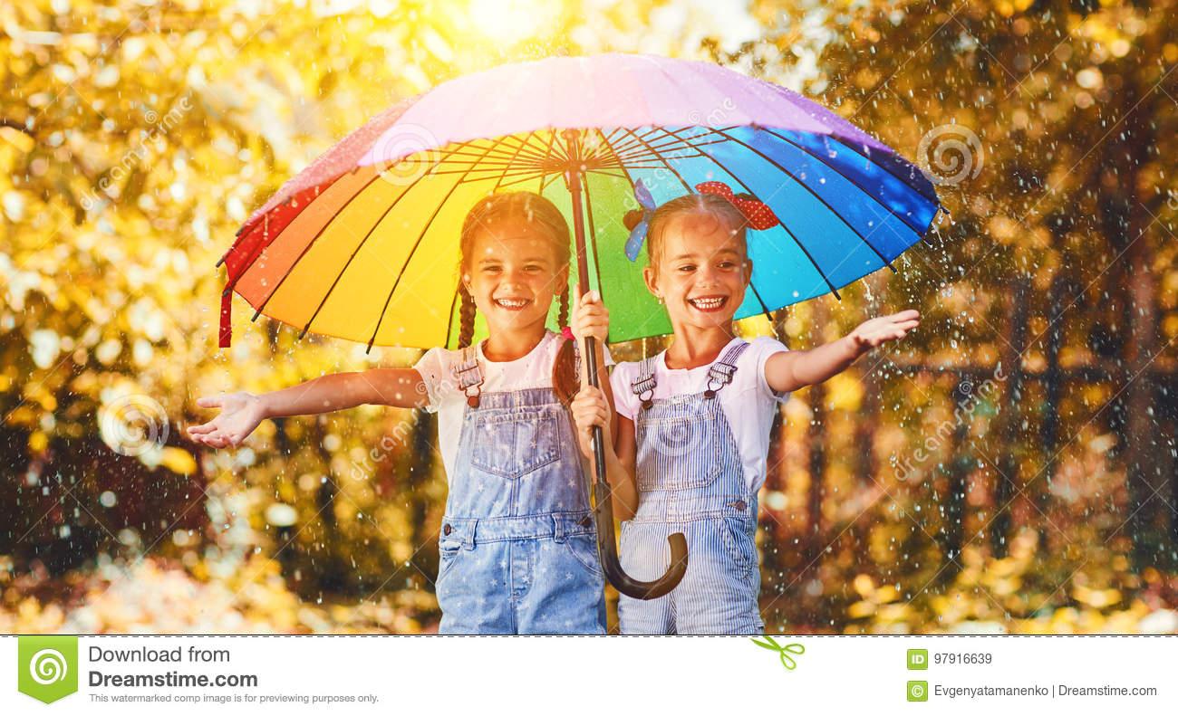 Glückliche Lustige Schwestern Paart Kindermädchen Mit über Lustige Bilder Herbst