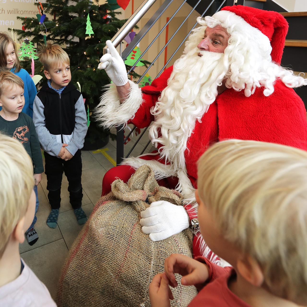 Harrislee Und Flensburg: Wenn Kinder Mit Dem Weihnachtsmann über Weihnachtsmann Kinder