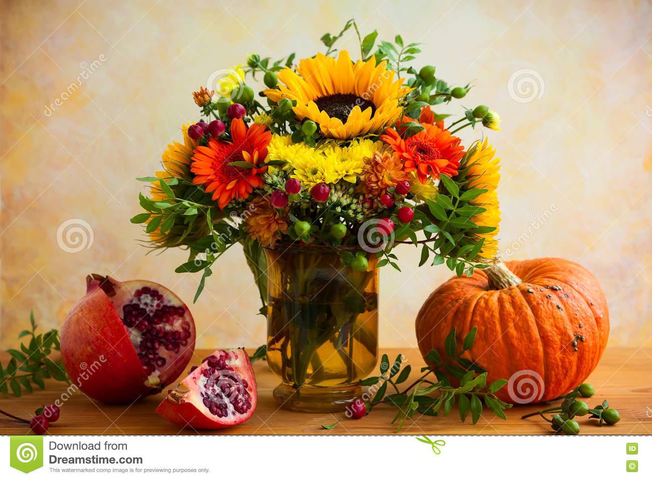 Herbstblumen Und -Kürbis Stockfoto. Bild Von Flora, Blume innen Kürbis Bilder Kostenlos