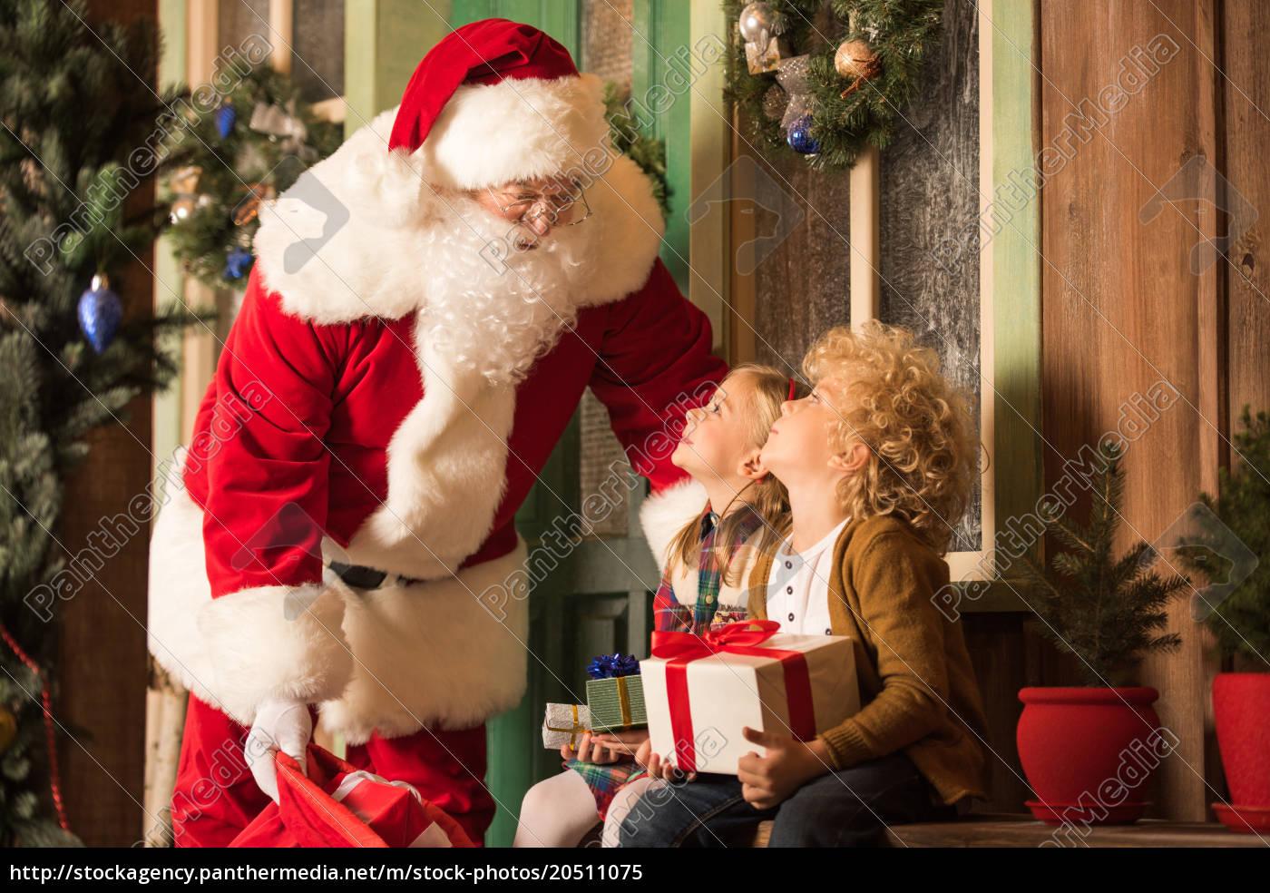 Stockfoto 20511075 - Weihnachtsmann Und Kinder Mit Geschenkboxen bestimmt für Weihnachtsmann Kinder