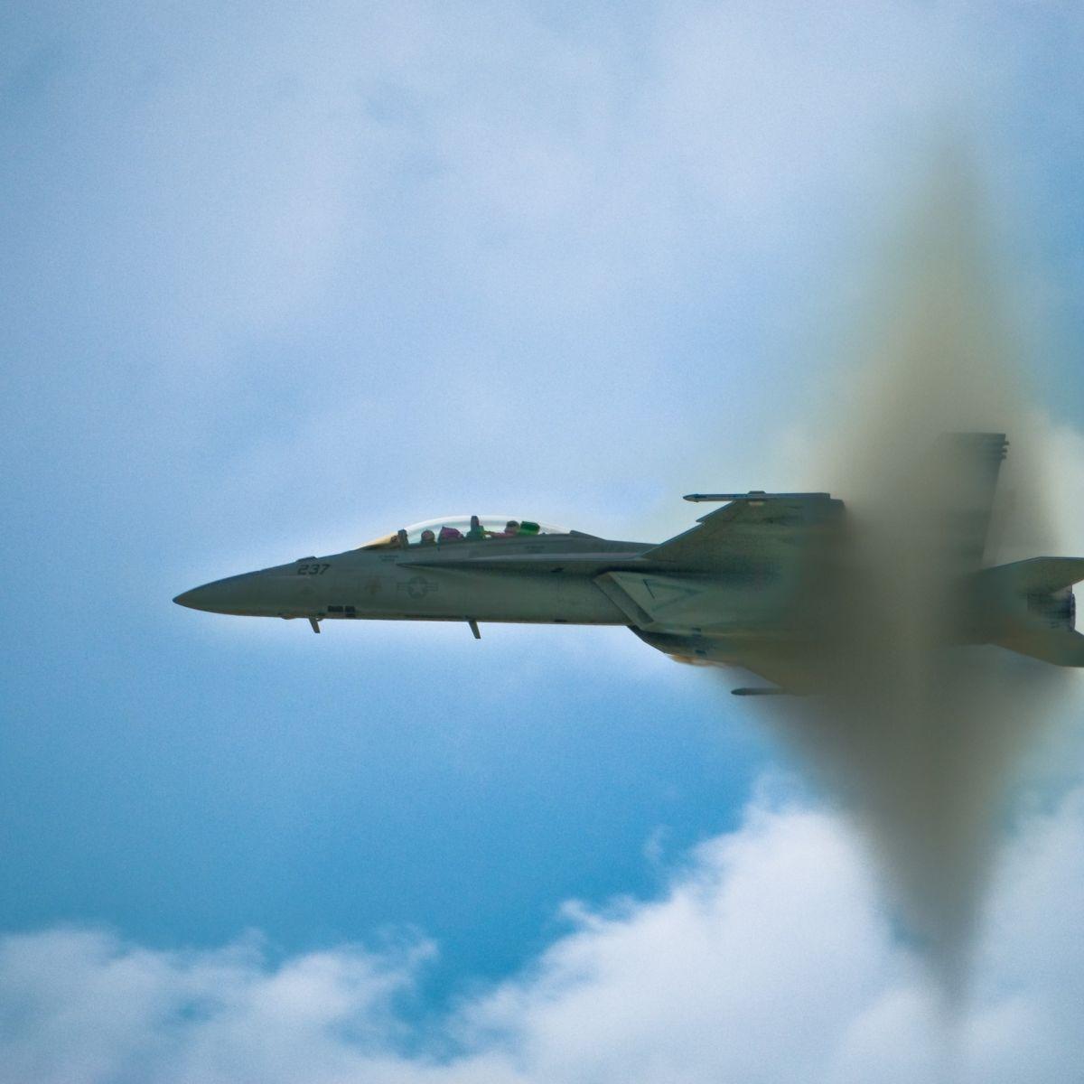 """Was Passiert, Wenn Ein Flugzeug """"Durch Die Schallmauer ganzes Düsenjet Fliegen"""